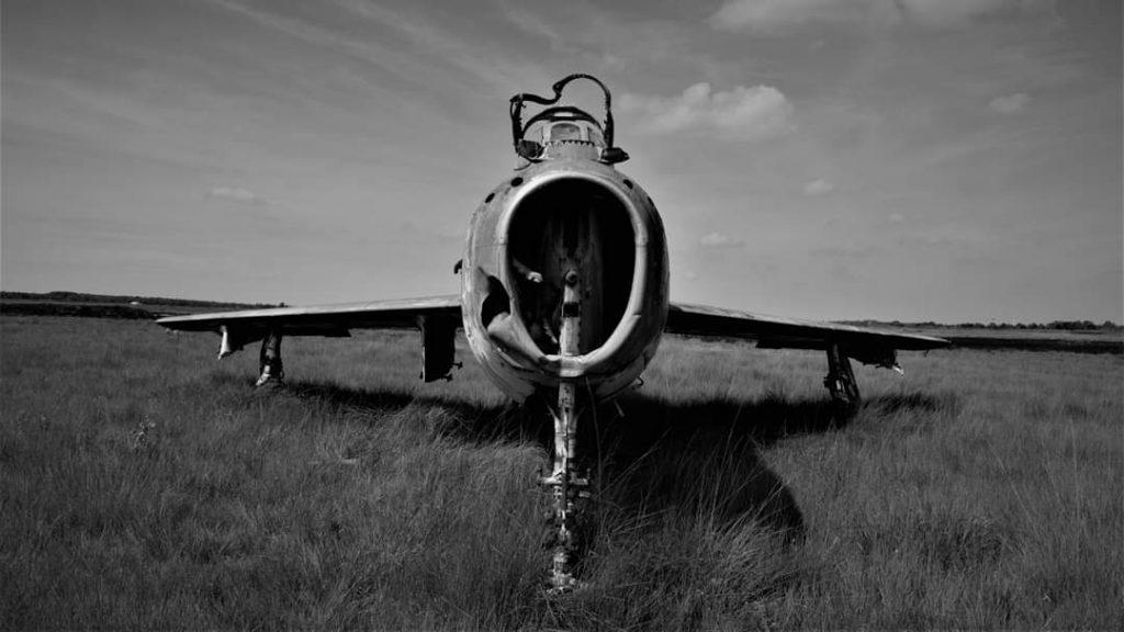 photo noire et blanche avion abandonné en Belgique